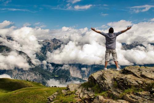 站在山顶.jpg